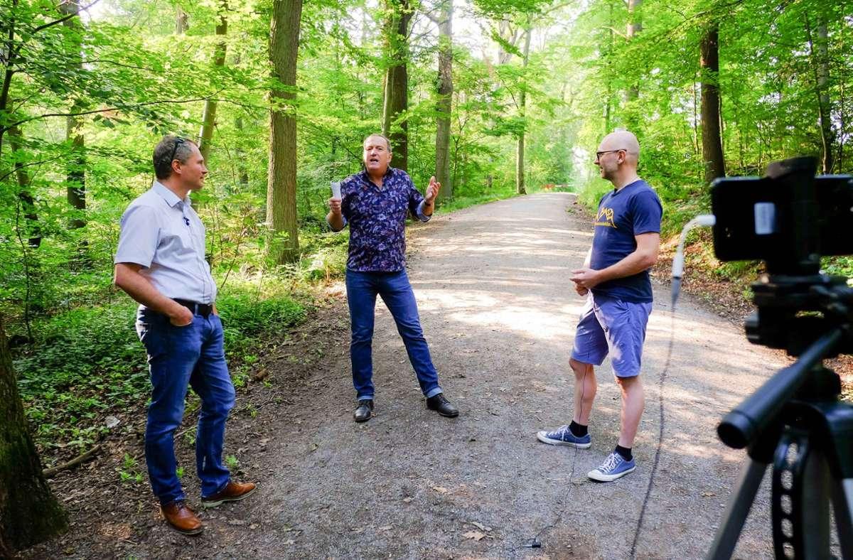 Förster Matthias Holzmann mit Redakteur Tom Hörner und Mountainbiker Benjamin Herré im Kräherwald (von links) Foto: Lichtgut/Max Kovalenko