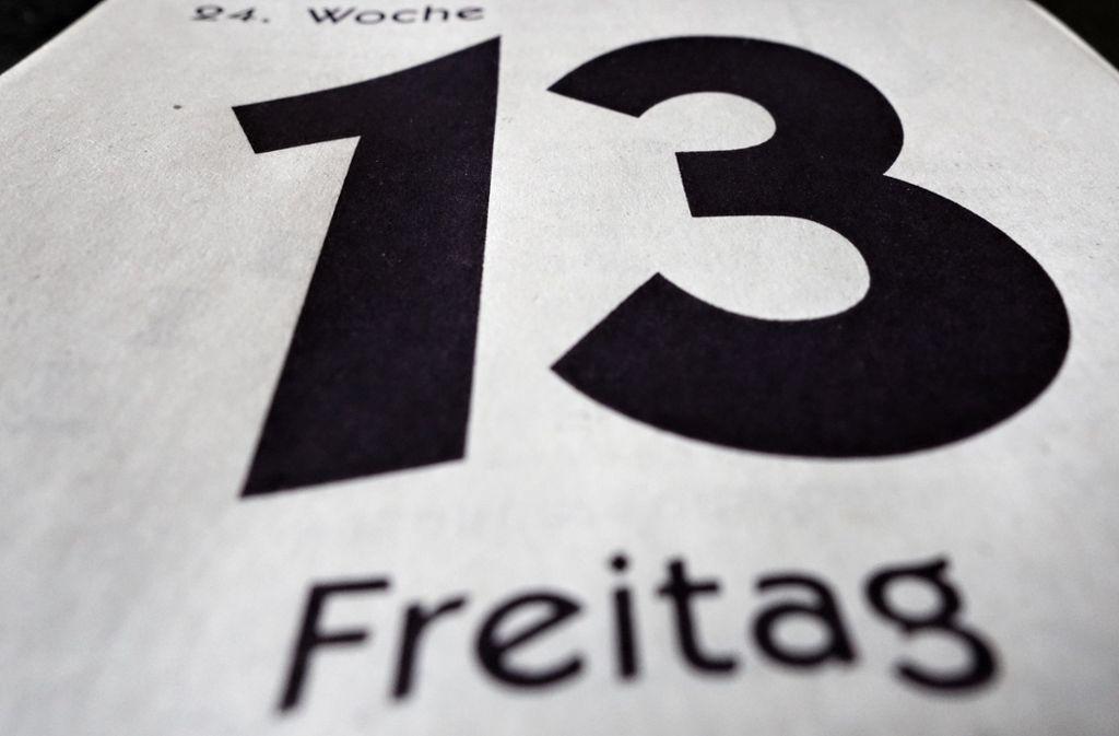 """Ein Kalenderblatt mit dem Aufdruck """"Freitag 13"""" liegt auf einem Tisch. Freitag, der 13. gilt vielen als Unglückstag. Foto: dpa/Soeren Stache"""