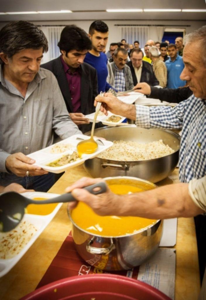 Um Punkt 21.37 Uhr bildet sich an der Essensausgabe in der Moschee in Feuerbach eine lange Schlange: das erste Fastenbrechen des Ramadan kann beginnen. Foto: Achim Zweygarth