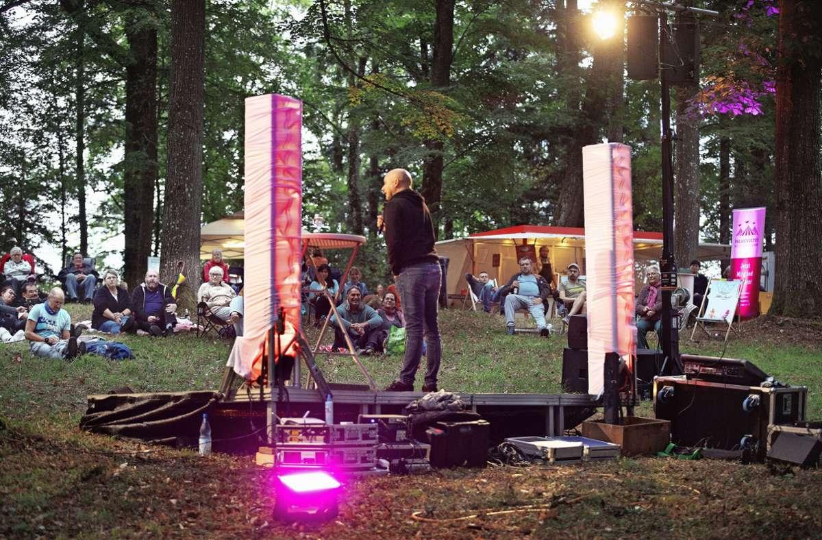 Kulturbühne mitten im Wald: Die Besucher haben den Auftritt von Frank Fischer genossen. Foto: Horst Rudel
