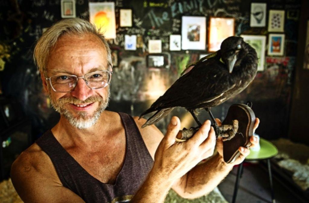 Reiner Bocka hat den Raben auf dem Flohmarkt erstanden. Foto: Lichtgut/Leif Piechowski
