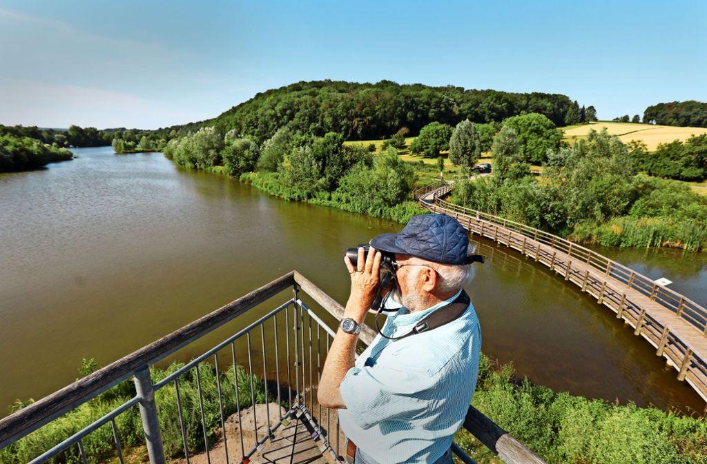 Rainer Ertel ist sozusagen Schatzsucher – vom Ausguck in den Zugwiesen aus spürt er mitunter auch seltene Vogelexemplare auf. Foto: factum/