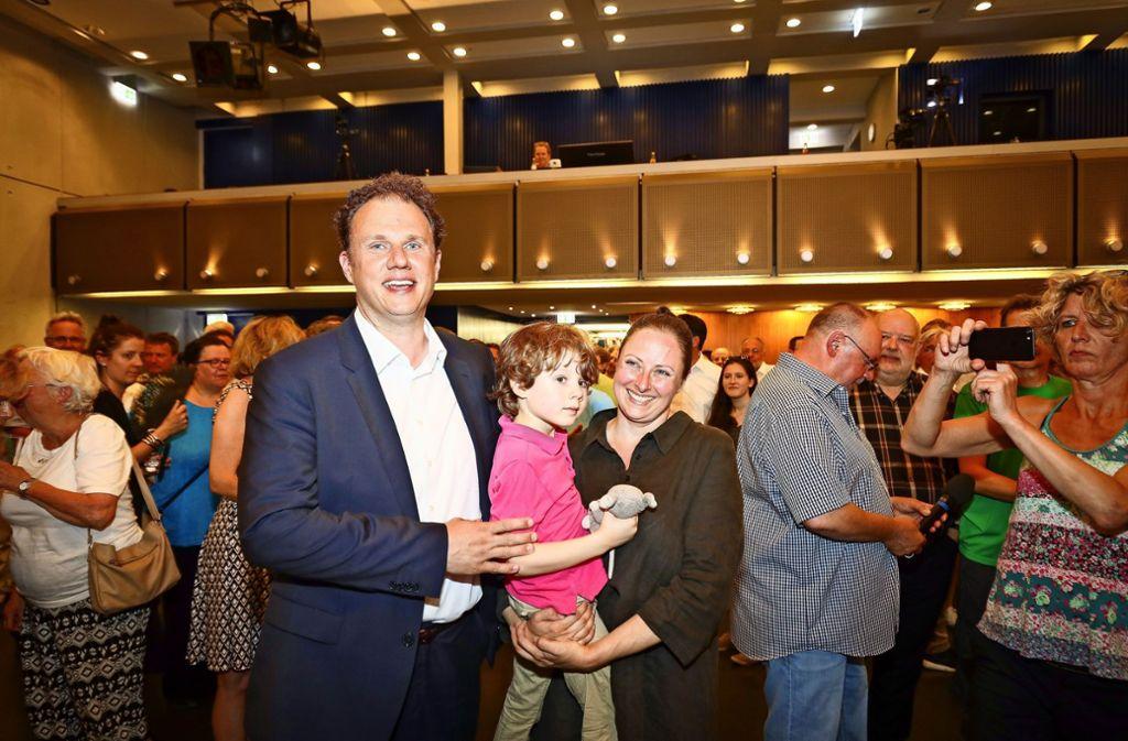 Matthias Knecht steht im Blitzlichtgewitter, als er   mit seiner Frau Ulrike und seinem Sohn Jakob ins Ludwigsburger Kulturzentrum kommt. Foto: factum/Simon Granville