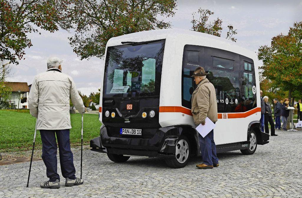 Ja, wo ist er denn!? Den Fahrer sucht dieser Herr bei  dem Roboterbus der  Deutschen Bahn vergeblich. Foto: dpa