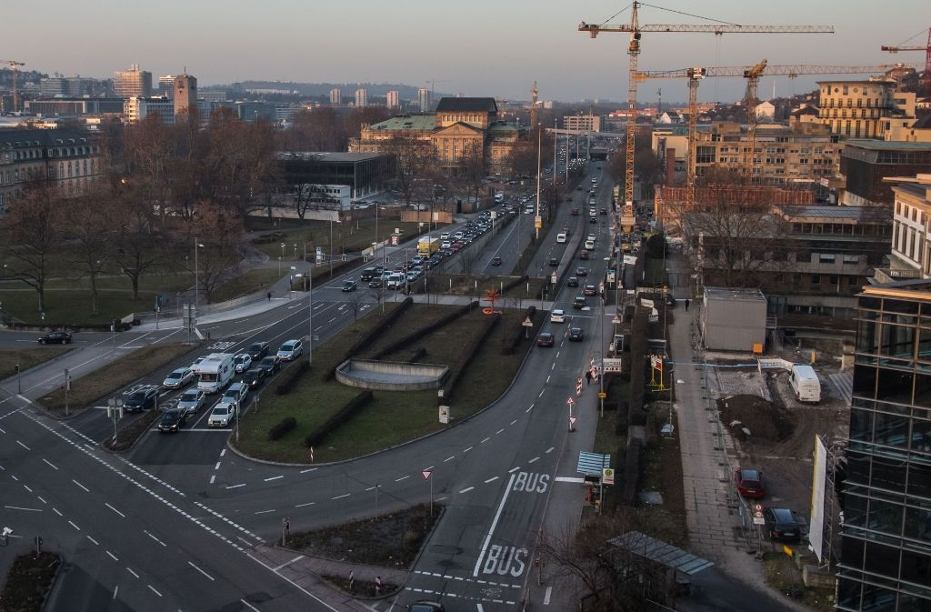 Am Charlottenplatz (vorne) gibt es viel Verkehr von und zur B14 (hinten) – eine Kulturmeile ohne Autos würde auch durch einen Tunnelbau nicht möglich werden. Foto: Lichtgut/Max Kovalenko