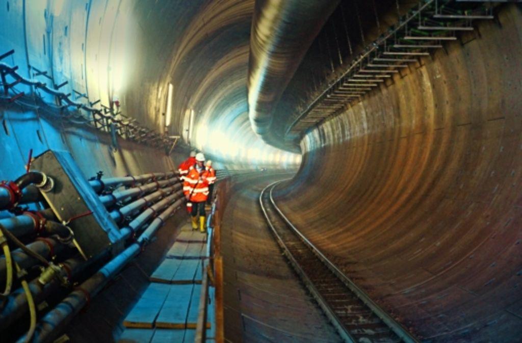 Nach dem Bohren der Röhre setzt die Maschine auch die Innenverkleidung an. Die Gleise gehören zu einer Bahn, die die Maschine mit Material versorgt. Foto: Christian Milankovic