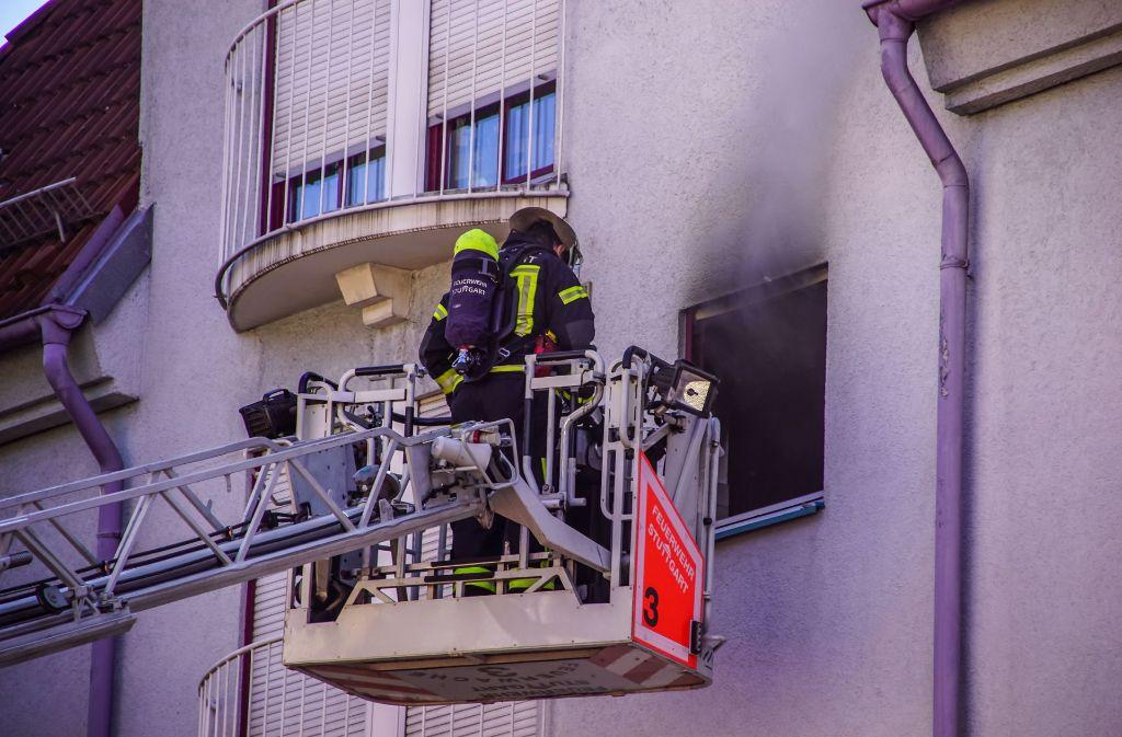 Die Feuerwehr verschaffte sich über eine Drehleiter und über das Treppenhaus Zugang zur Wohnung. Foto: SDMG