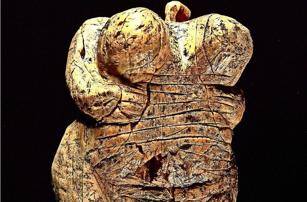 Die weltweit älteste Menschenfigur wird in Blaubeuren gezeigt. Foto: dapd