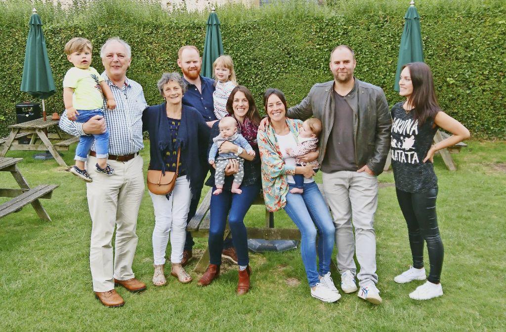 Die Allen-Familie  (von links nach rechts): Vater John mit Enkel Noah auf dem Arm, Mutter Ann, Schwiegersohn Cathal mit Meadbh, Tochter Deirdre mit Naoise, Tochter Elizabeth mit Isobel und ihrem Mann Ryan und Tochter Sinéad. Foto: