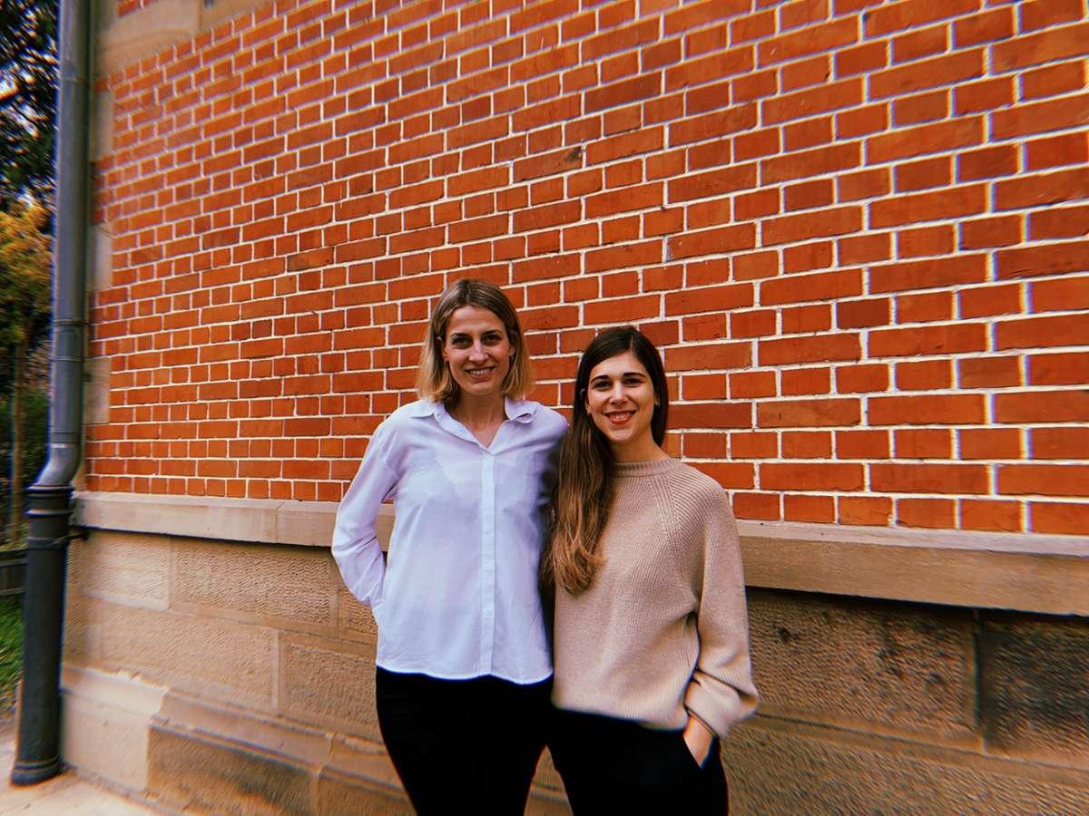 Hannah Peper und Romana Eßlinger (v.l.) kurz nach dem Launch ihrer Crowdfunding-Kampagne. Beide tragen Oberteile aus der ersten Kollektion ihres Labels Sonho Stories. Foto: Alla Lukashova