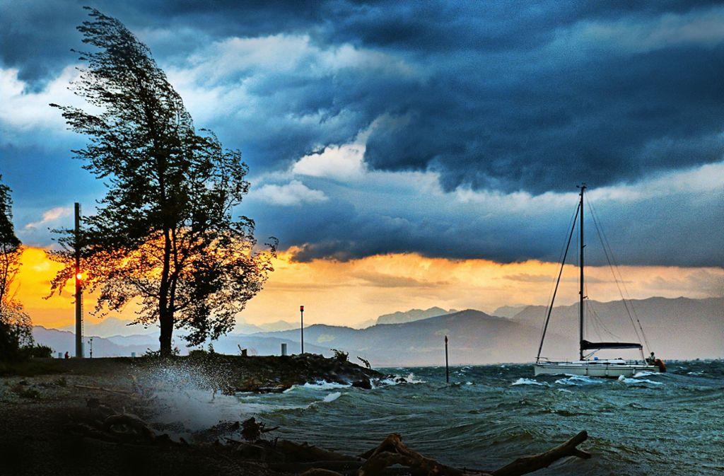 Jedes Jahr werden Wassersportler von plötzlich losbrechenden Föhnstürmen überrascht. Foto: Jens Kaiser