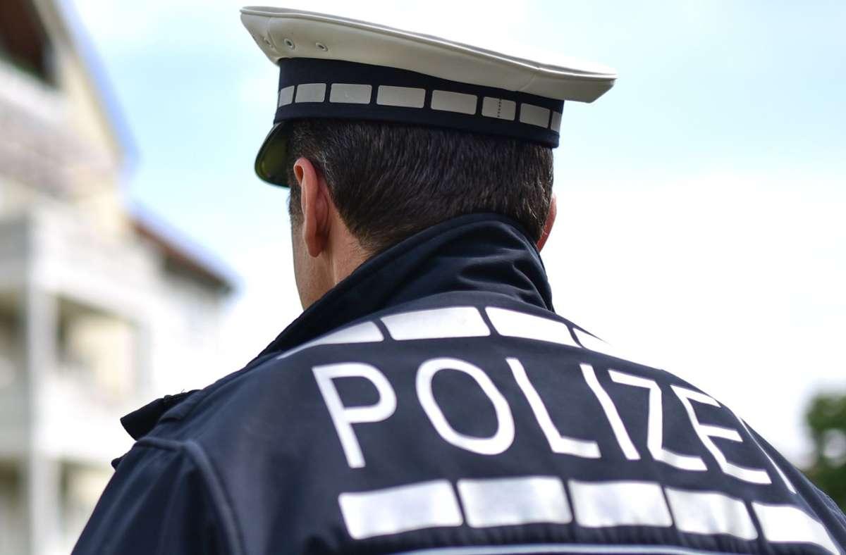 Unter anderem mit einem Hubschrauber sucht die Polizei nach dem Geflüchteten (Symbolbild). Foto: dpa/Uwe Anspach