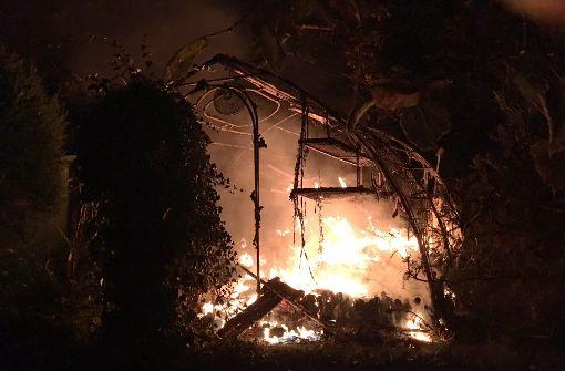 Gewächshaus im Wohngebiet brennt ab