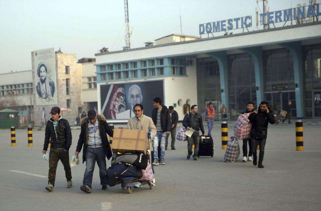 Am Donnerstagmorgen sind die abgeschobenen Aslybewerber in Kabul angekommen. Foto: AP