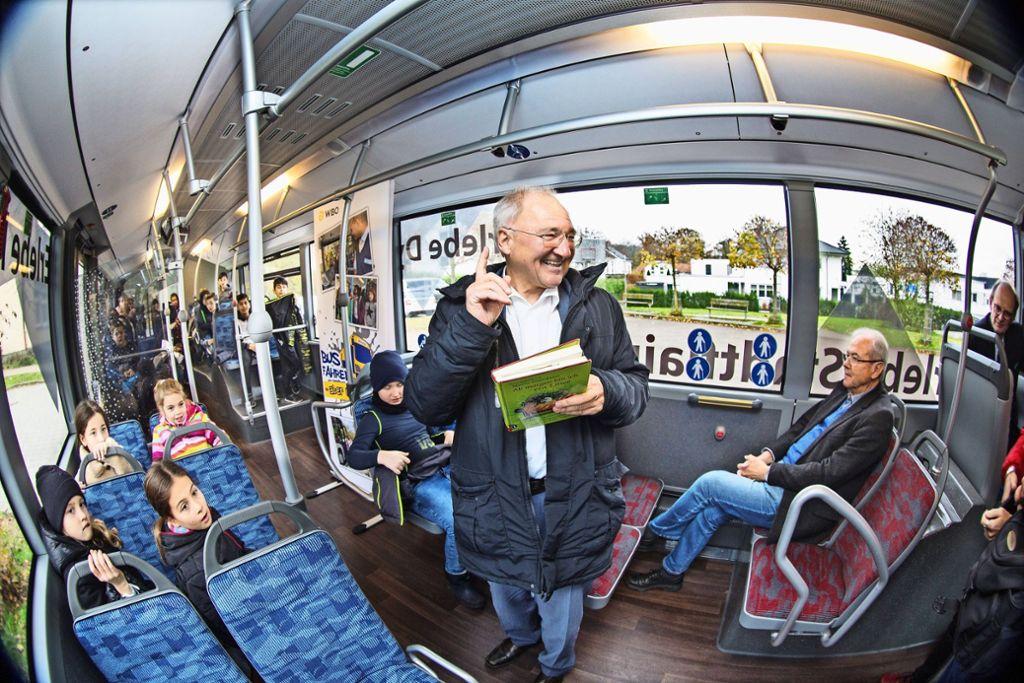 Für die Stauferparkschüler liest Peter Hofelich  im Bus Tiergeschichten vor Foto: /Horst Rudel