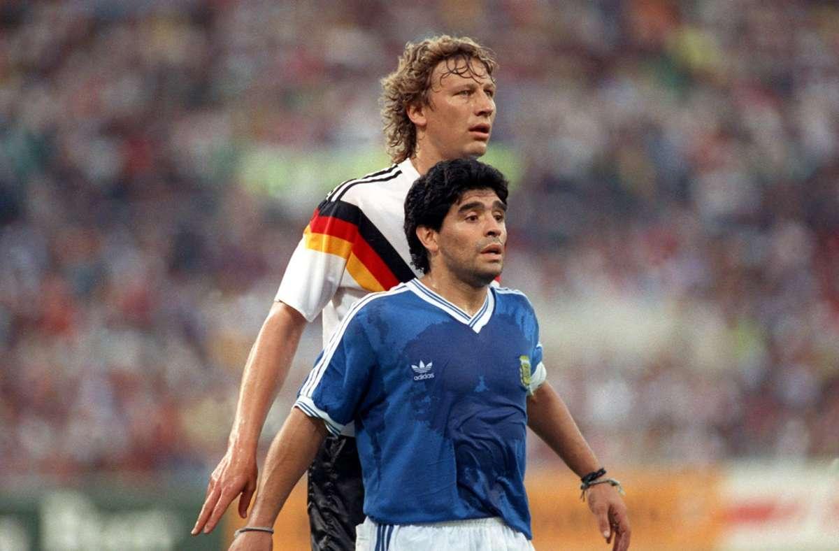 Szene eines epischen Duells: Bei der WM 1990 schaltete Guido Buchwald Diego Maradona im Finale von Rom aus. Foto: picture-alliance / dpa/Frank Kleefeldt