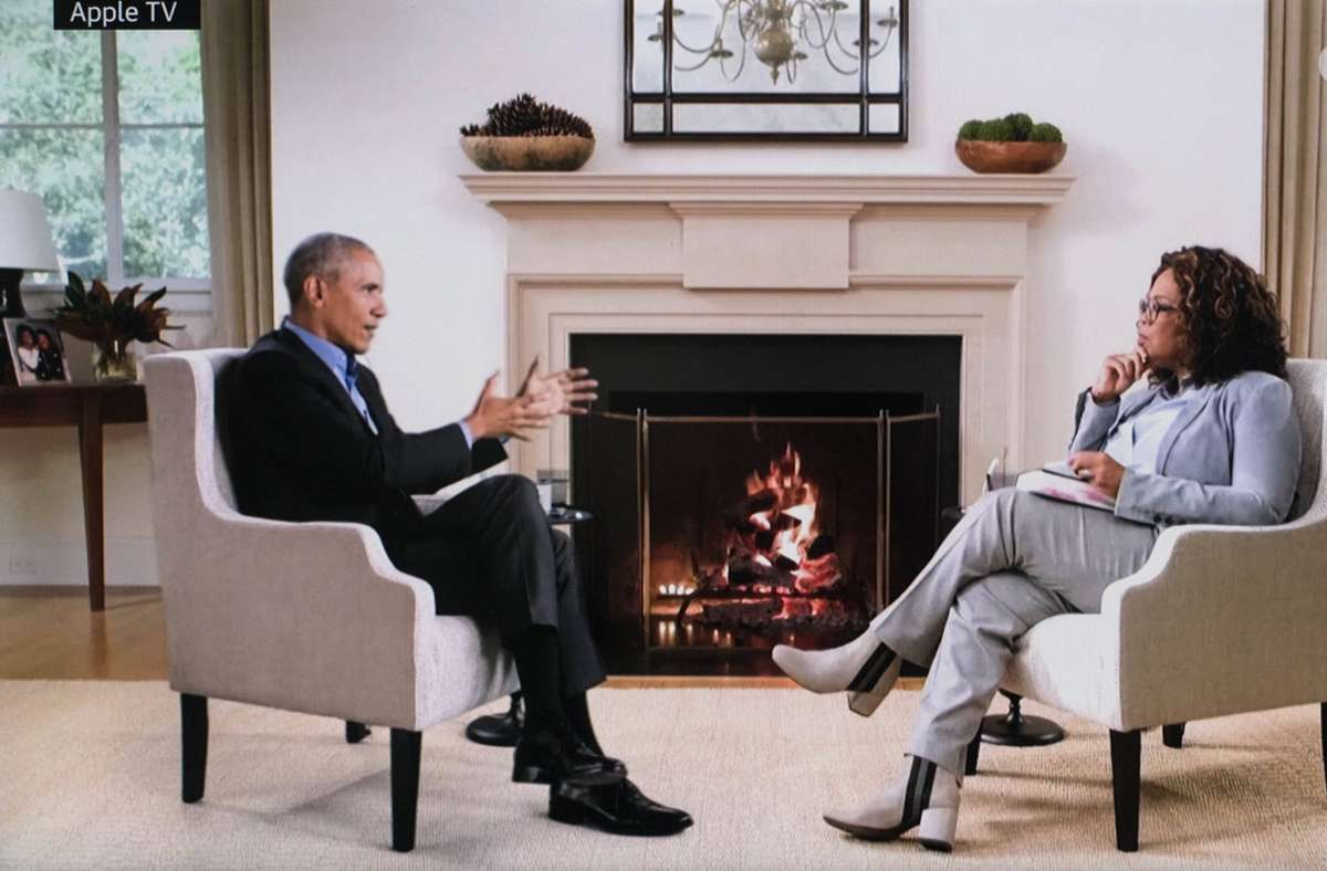 Es sieht nur so aus, als würden Barack Obama und Oprah Winfrey in einem Raum sitzen. Foto: imago images/ZUMA Wire/Apple TV