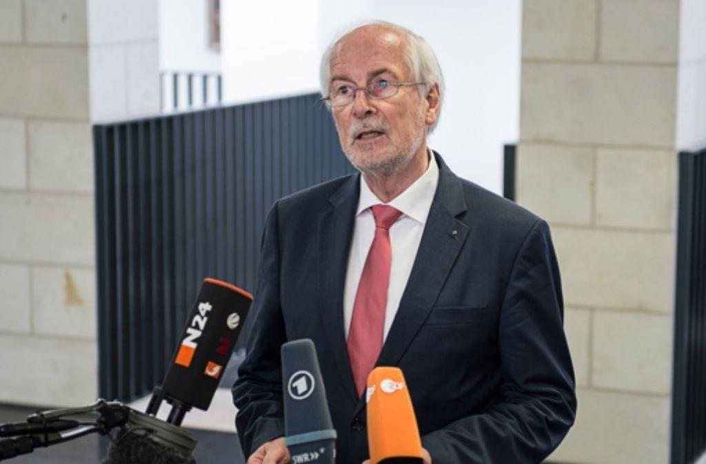 Generalbundesanwalt Harald Range steht Journalisten Rede und Antwort. Foto: dpa
