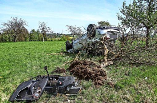 20-Jähriger kracht mit Mercedes gegen Bäume