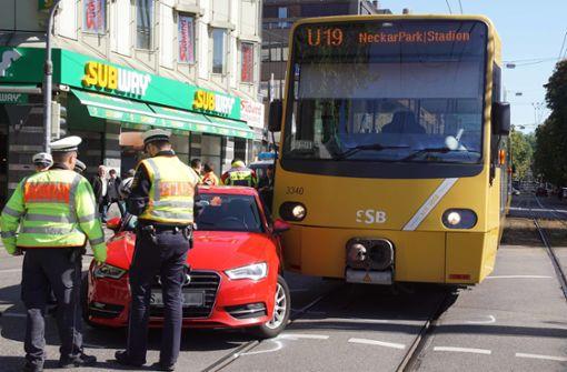 Audi stößt mit Stadtbahn zusammen