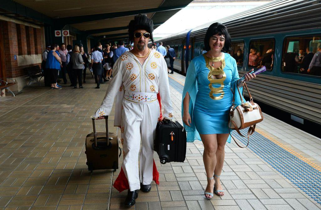 """""""Elvis"""" und """"Priscilla"""" im Hauptbahnhof von Sidney. Mehrere Hundert Elvis-Doppelgänger haben hier den """"Elvis Express"""" nach Parkes bestiegen, um dort ihr Idol zu feiern. Foto: dpa"""