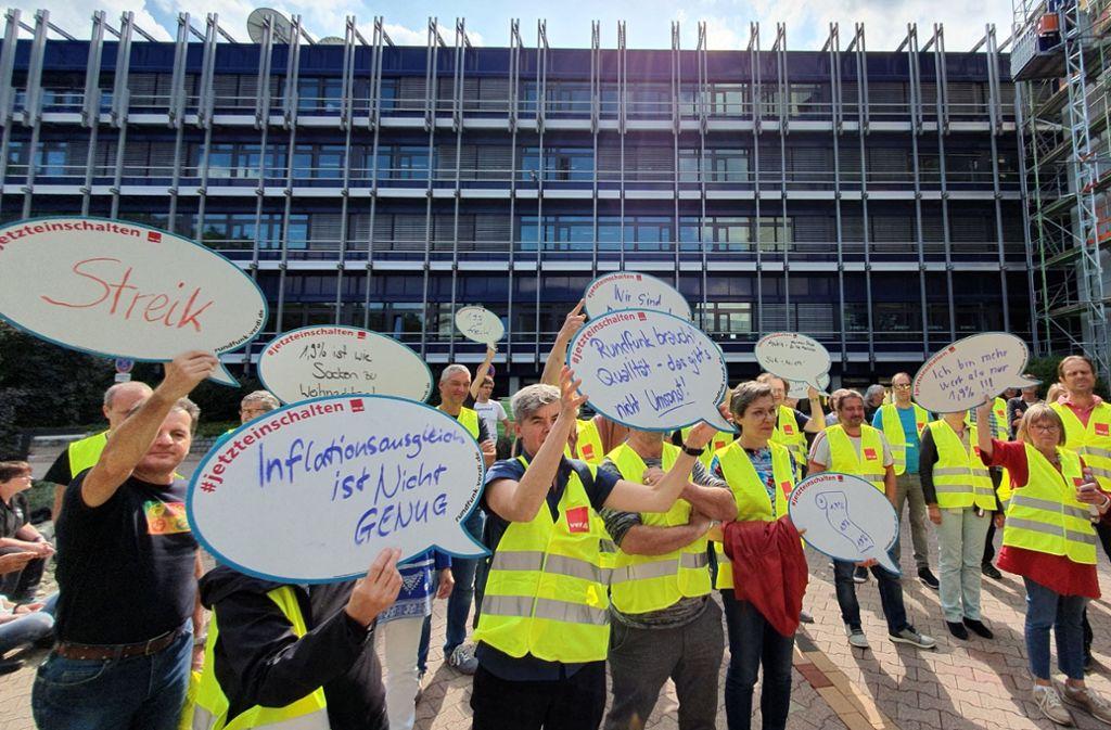 Bei einer Kundgebung machten auch SWR-Beschäftigte in Stuttgart ihrem Unmut über die Arbeitgeber Luft. Foto: Verdi