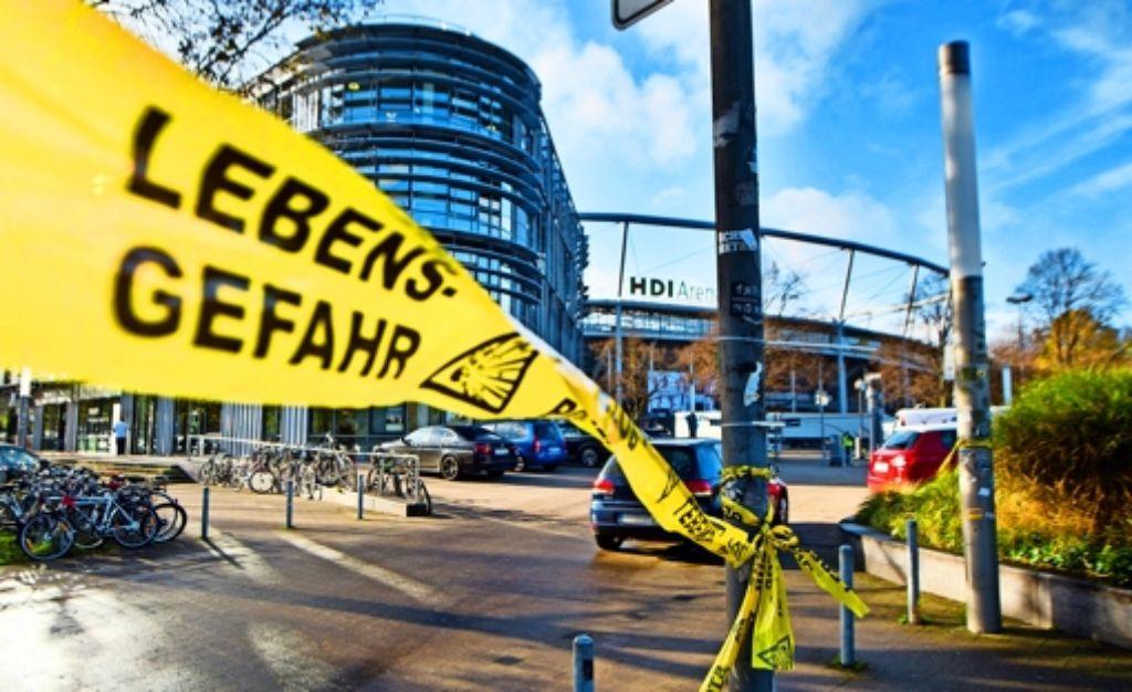 Die HDI-Arena in Hannover wurde am Dienstagabend aus Sicherheitsgründen evakuiert. Viele Menschen in Deutschland verunsichert die aktuelle Lage. Foto: dpa