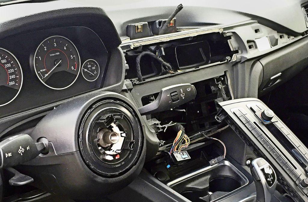 Im Innenraum der BMW hinterlassen die Täter ein Bild der Verwüstung. Foto: dpa