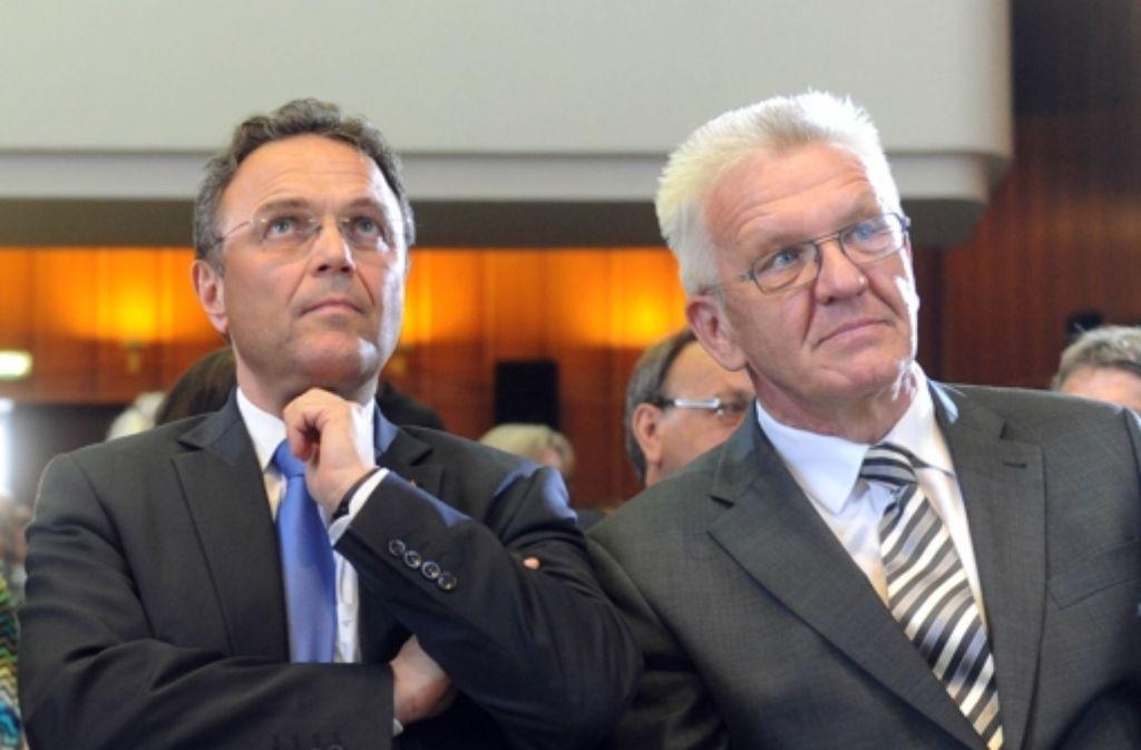 Bundesinnenminister Hans-Peter Friedrich (CDU, links) und Ministerpräsident Winfried Kretschmann (Grüne) diskutierten in Karlsruhe über Bürgerbeteiligung. Foto: dpa