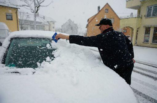 Starker Schneefall hüllt die Landschaft in ein weißes Kleid