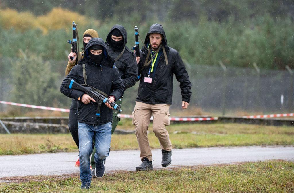 Statisten, die Täter spielen, nehmen an der Terrorismusabwehr-Übung (BWTEX) 2019 auf dem Truppenübungsplatz Heuberg teil. Foto: dpa/Sebastian Gollnow
