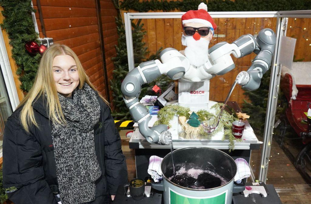 Der Glühweinroboter nimmt einer Auszubildenden von Bosch Arbeit ab. Foto: Andreas Rosar