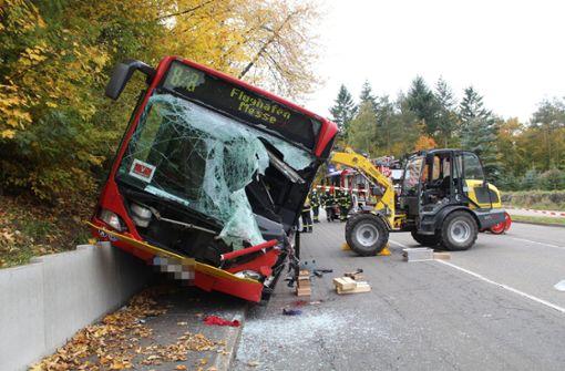 Radlader kracht in Linienbus – Busfahrer ringt mit dem Tod