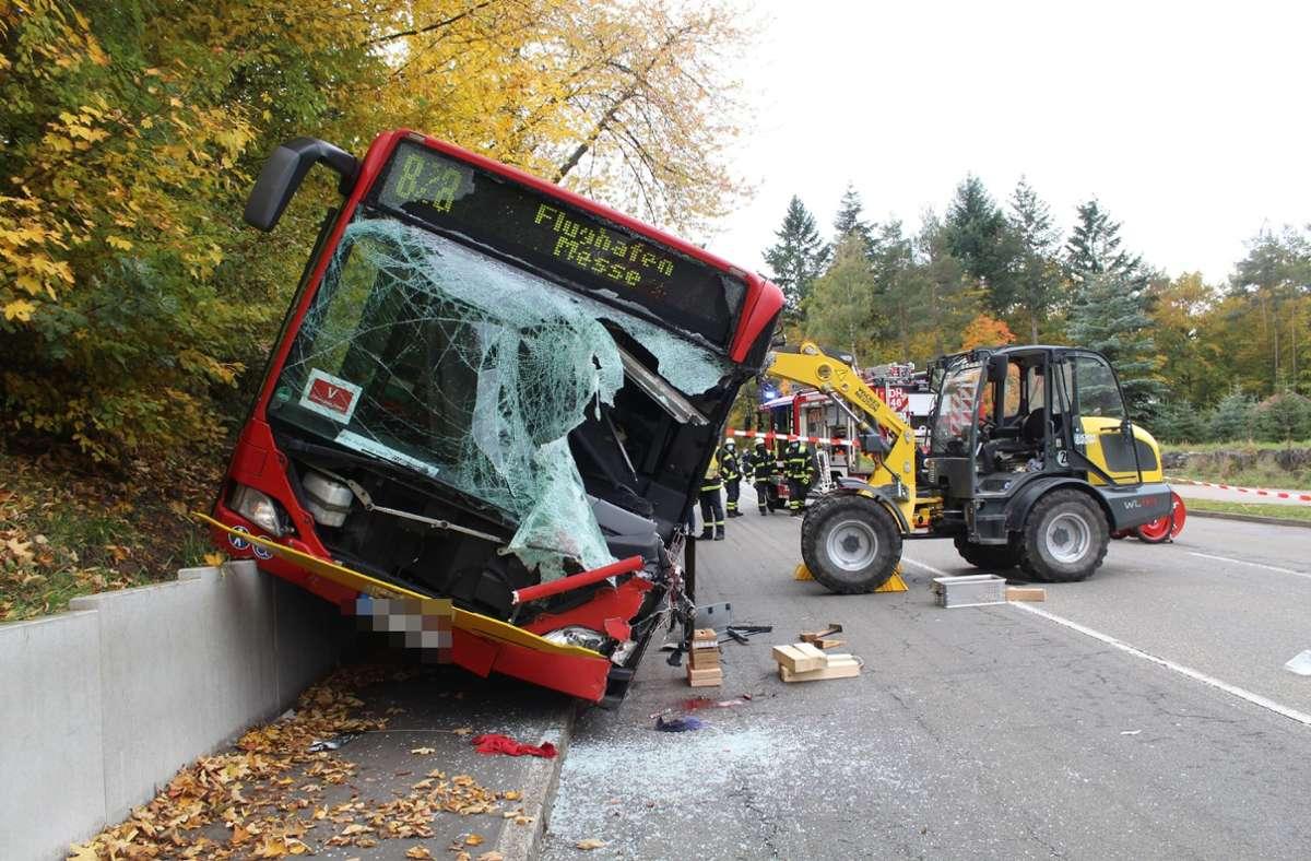 Der Radlader war am Mittwoch in Dettenhausen in den Bus gekracht. Foto: SDMG//Schulz