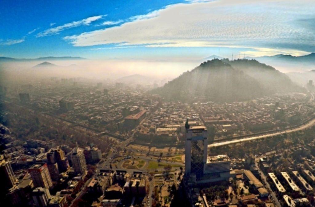 Santiago de Chile versinkt unter einer Dunstglocke –  die Windzirkulation wird  durch die nahen Berge behindert. Foto: dpa