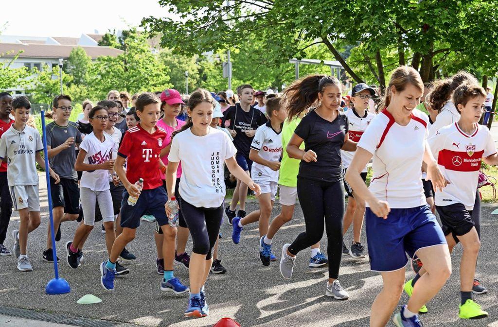 Trotz Hitze sind die Schüler  voll motiviert und laufen Runde um Runde. Foto: factum/