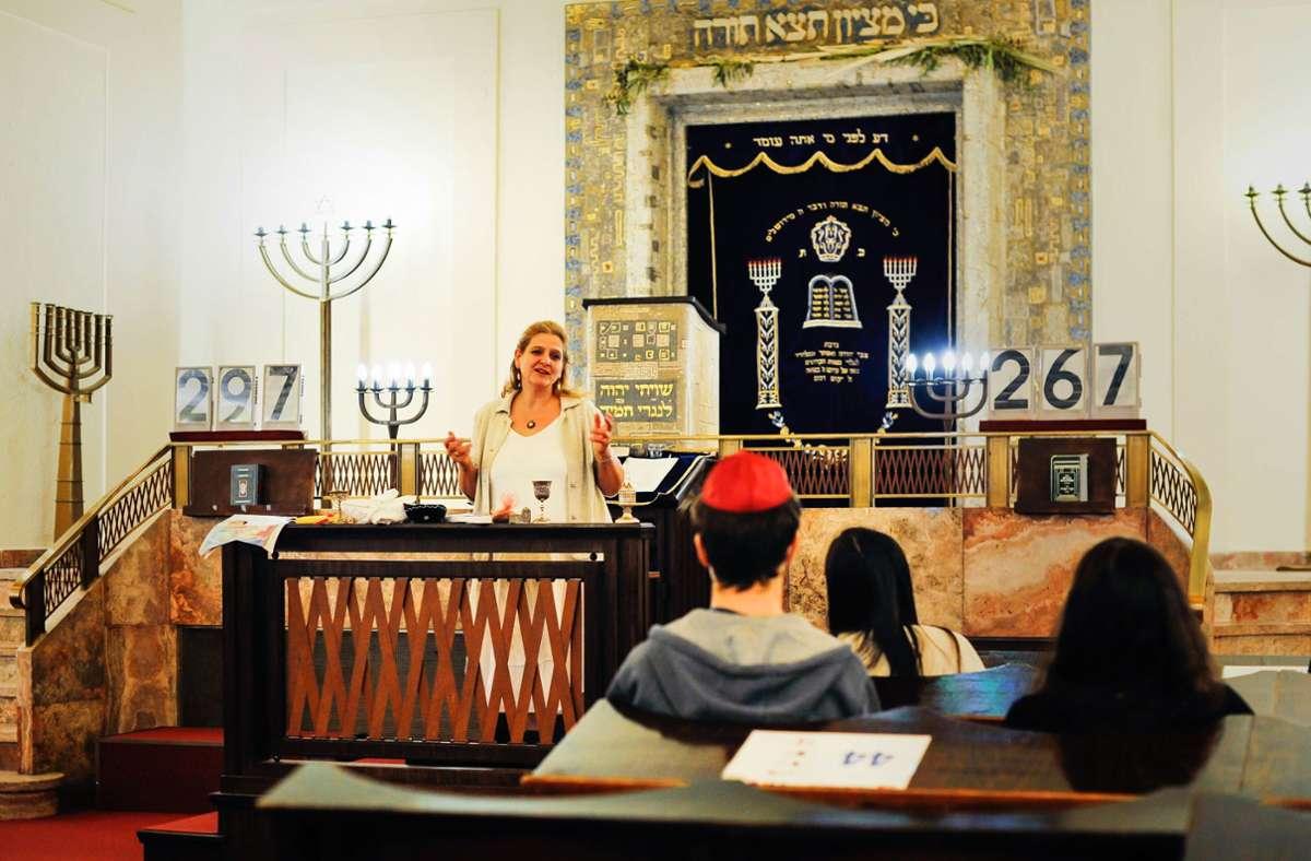 Binah Rosenkranz führt durch das jüdische Jahr mit seinen Festen. Hinter ihr der Tora-Schrank. Foto: Lichtgut/Max Kovalenko