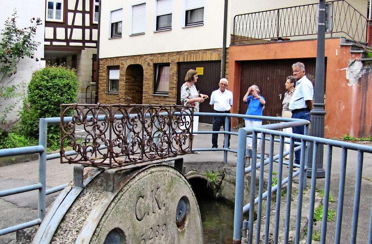 Gudrun Berberich (links im Bild) informierte über die Geschichte der alten Gasthäuser in Waldenbuch. Foto: Claudia Barner