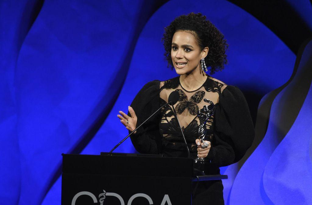 """Schauspielerin Nathalie Emmanuel nahm den Award in der Kategorie Science-Fiction/Fantasy für """"Game of Thrones""""-Kostümdesignerin Michele Clapton entgegen. Foto: AP/Chris Pizzello"""
