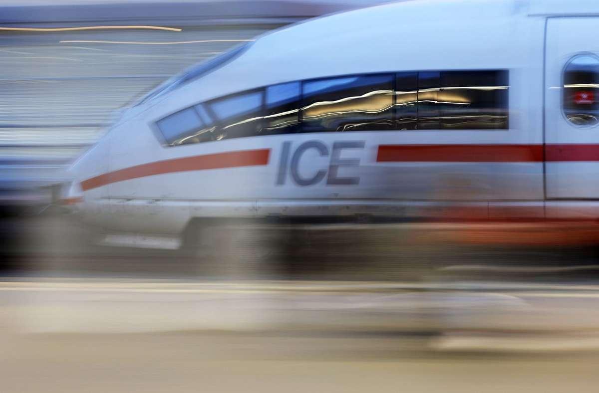 Der 25-Jährige fuhr ohne Ticket mit dem ICE. (Symbolbild) Foto: imago images/Future Image/Christoph Hardt