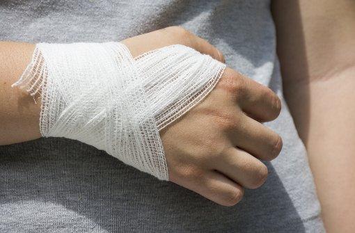 25.7.: Frau beißt Frau in Hand