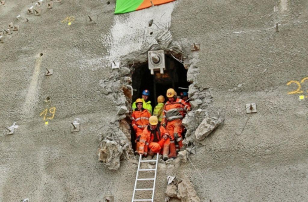 Das Westportal ist offen, die Mineure klettern heraus. Foto: factum/Granville