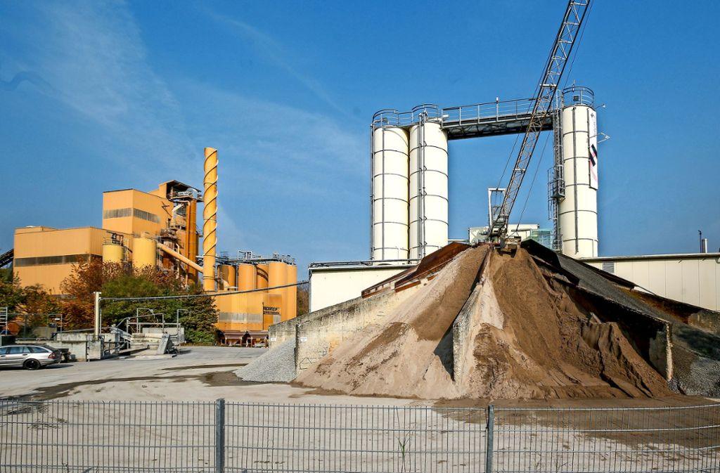 Die Anlagen im Schotterwerk Böttinger sind in die Jahre gekommen. Sie sollen erneuert  werden. Die Umweltbelastung werde sinken, verspricht der Betreiber. Foto: factum/Granville