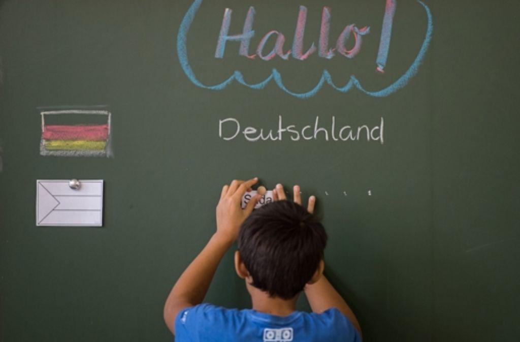 Vor der Einschulung sollten die Kinder aus Flüchtlingsfamilien zunächst ein Jahr lang mit den wichtigsten hiesigen Kulturtechniken vertraut gemacht werden, fordern Rektorinnen. Foto: dpa
