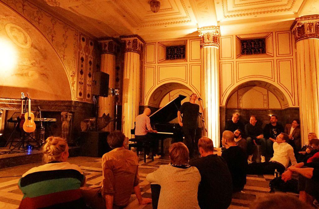 Leise Lieder, laut gesungen: Felix Kramer im Stuttgarter Marmorsaal. Weitere Bilder zeigt die Fotostrecke. Foto: /Jan Georg Plavec