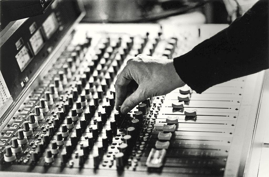 Die Hand, die alles steuert: der ECM-Produzent Manfred Eicher bei der Arbeit Foto: Universal Music Entertainment Gm