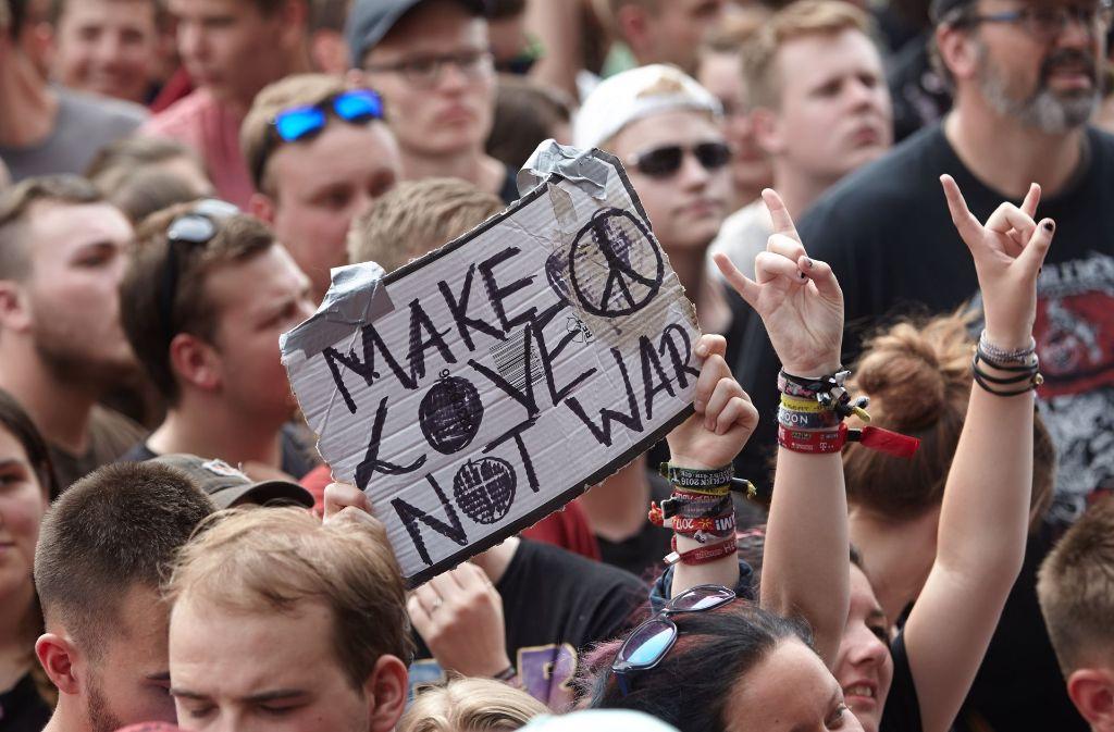 Die Besucher von Rock am Ring bringen ihren Protest gegen die ständig schwelende Terrorgefahr zum Ausdruck. Foto: dpa