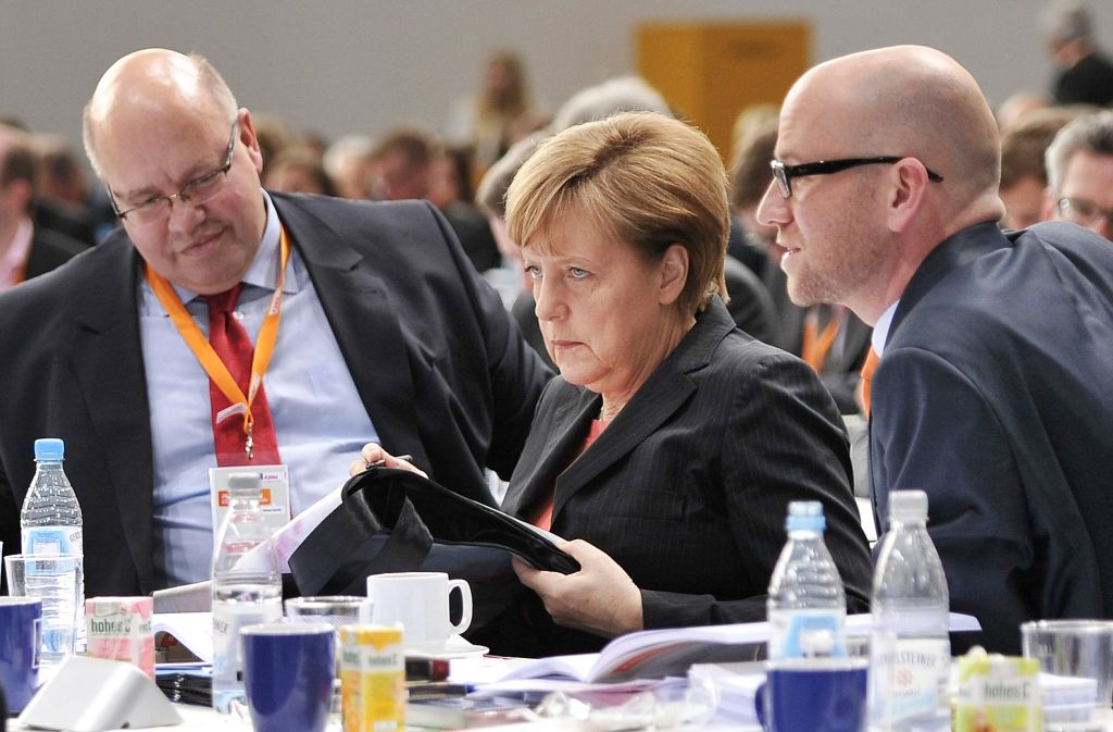 Angela Merkel zwischen Kanzleramtschef Peter Altmaier (links) und Generalsekretär Peter Tauber. Foto: dpa