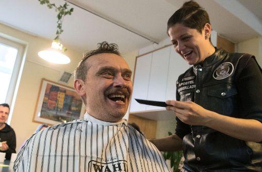 Friseure schneiden Obdachlosen gratis die Haare