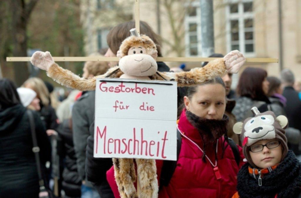 Tierschützer haben am Samstag in Tübingen am Max-Planck-Institut gegen Affenversuche demonstriert. Foto: dpa